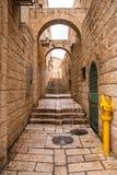 Un callejón en la ciudad vieja en Jerusalén. Imagenes de archivo