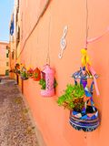 Un callejón estrecho adornado con las flores hermosas en Alghero Cerdeña, Italia Foto de archivo