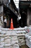 Un callejón minúsculo es protegido por los bolsos de la arena, pero inundado ya en Bangkok, Tailandia, el 30 de noviembre de 2011 fotografía de archivo libre de regalías