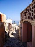 Un callejón pintoresco en Oia Santorini Grecia Foto de archivo libre de regalías