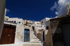 Un callejón tradicional en el pueblo de Pyrgos, Santorini Fotos de archivo libres de regalías