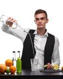 Un camarero profesional que prepara una bebida con la fruta cítrica, aislada en un fondo blanco Concepto del restaurante y del cl Fotos de archivo