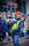 Un cameraman avec le grand sourire au défilé de jour du ` s de St Patrick à Belfast Photographie stock