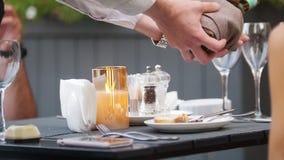 Un cameriere rovescia le bevande nei vetri - aria aperta dell'alcool del ristorante stock footage