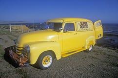 Un camión amarillo en la carretera de la Costa del Pacífico, California fotos de archivo