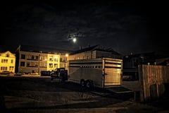 Un camión con un remolque del caballo en un estacionamiento de la ciudad en el righ de la noche Foto de archivo
