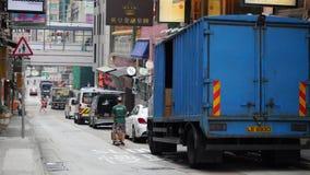 Un camión de reparto azul en una calle almacen de metraje de vídeo