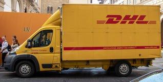 Un camión de reparto de DHL a lo largo de las calles de Florencia fotos de archivo libres de regalías