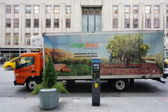 Un camión de reparto directo fresco delante del Empire State Building en New York City imagen de archivo libre de regalías