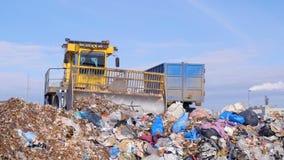 Un camión del vertido funciona cerca de un camión de basura almacen de metraje de vídeo
