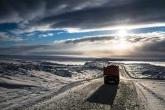 Un camión en un camino nevoso imagen de archivo libre de regalías