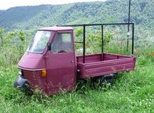 Un cami?n italiano de la granja se fue abandonado en un campo con la hierba alta en Civita di Bagnoregio, Italia foto de archivo libre de regalías
