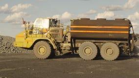 Un camión que está regando la tierra metrajes