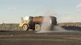 Un camión que riega la tierra en luz del día almacen de metraje de vídeo
