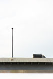 Un camión y una manera expresa Imagenes de archivo