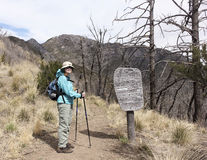 Un caminante en el rastro de la cresta de montaña de Huachuca Foto de archivo
