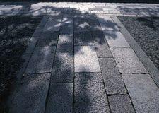 Un camino al aire libre de la piedra negra dura japonesa que suela el fondo fotos de archivo libres de regalías