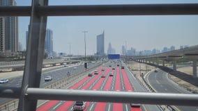 Un camino con varios carriles ancho en Dubai Visión desde la travesía del subterráneo metrajes