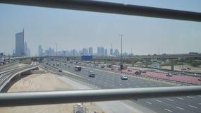Un camino con varios carriles ancho en Dubai Visión desde la travesía del subterráneo almacen de video