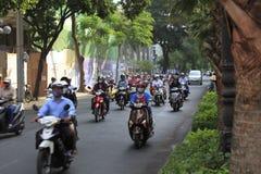 Un camino congestionado con el motorista en la calle de Ho Chi Minh en Vietnam foto de archivo