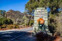 Un camino de la entrada que va a los pináculos parque nacional, California fotos de archivo
