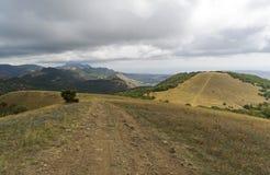 Un camino de tierra en las montañas crimea Imagen de archivo