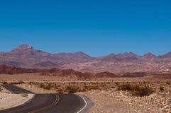 Un camino del desierto en las montañas Fotografía de archivo