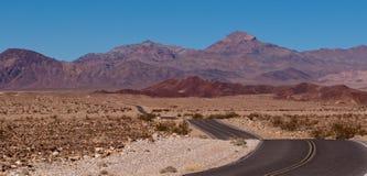 Un camino del desierto en las montañas Imagen de archivo libre de regalías