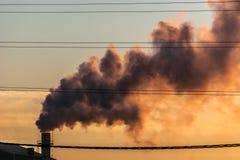 Un camino di una fabbrica con fumo Fotografie Stock Libere da Diritti