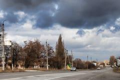Un camino en las afueras de Sloviansk en el fondo de un cielo dramático imagen de archivo