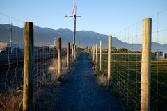 Un camino estrecho alineado con la cerca fotos de archivo