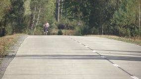 Un camino forestal preparado para el tráfico de vehículos Camino concreto en el bosque en las nuevas marcas de camino del camino  almacen de metraje de vídeo