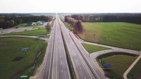 Un camino grande para los coches carretera almacen de video