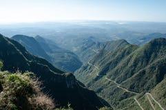 Un camino por completo de curvas que conecta la costa con las montañas fotos de archivo