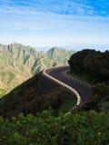 Un camino ventoso en las montañas Fotos de archivo