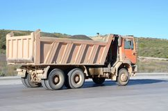 Camion à benne basculante orange Image stock