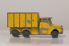 Un camion avariato del giocattolo del metallo giallo Fotografie Stock Libere da Diritti