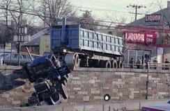 Un camion che appende sopra un ponte fotografie stock libere da diritti