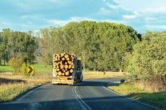 Un camion de notation transportant le bois de construction image stock