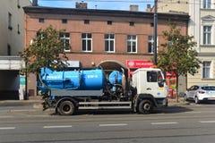 Un camion de vide sur une rue Image stock