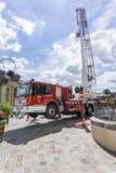 Un camion dei vigili del fuoco con la scala in aria su una manifestazione antincendio Immagine Stock Libera da Diritti