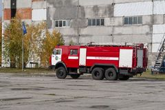 Un camion dei vigili del fuoco moderno con attrezzatura è pronto per usare fotografia stock