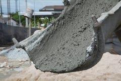 Un camion del cemento sta versando il cemento Fotografie Stock Libere da Diritti