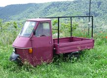 Un camion italiano dell'azienda agricola ha lasciato abbandonato in un campo con erba alta a Civita di Bagnoregio, Italia fotografia stock libera da diritti