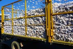 Un camion livre le coton sur la rue pour le Lamia, Grèce images stock