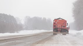 Un camion orange de chasse-neige banque de vidéos