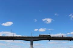 Un camion pesante sta guidando lungo un ponte del trasporto Fotografie Stock