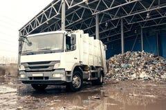 Un camion speciale scarica lo spreco Trasporto di spreco Processo tecnologico Riciclando e deposito dei rifiuti per Immagini Stock Libere da Diritti
