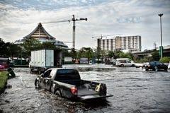 Un camioncino scoperto forza il modo attraverso l'acqua Immagine Stock Libera da Diritti