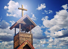 Un campanario con la luz cruzada y divina Imagen de archivo libre de regalías